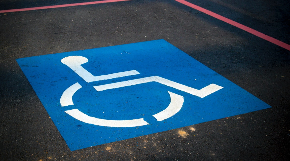 Inte diskriminering neka rullstolsburen åka med bussen