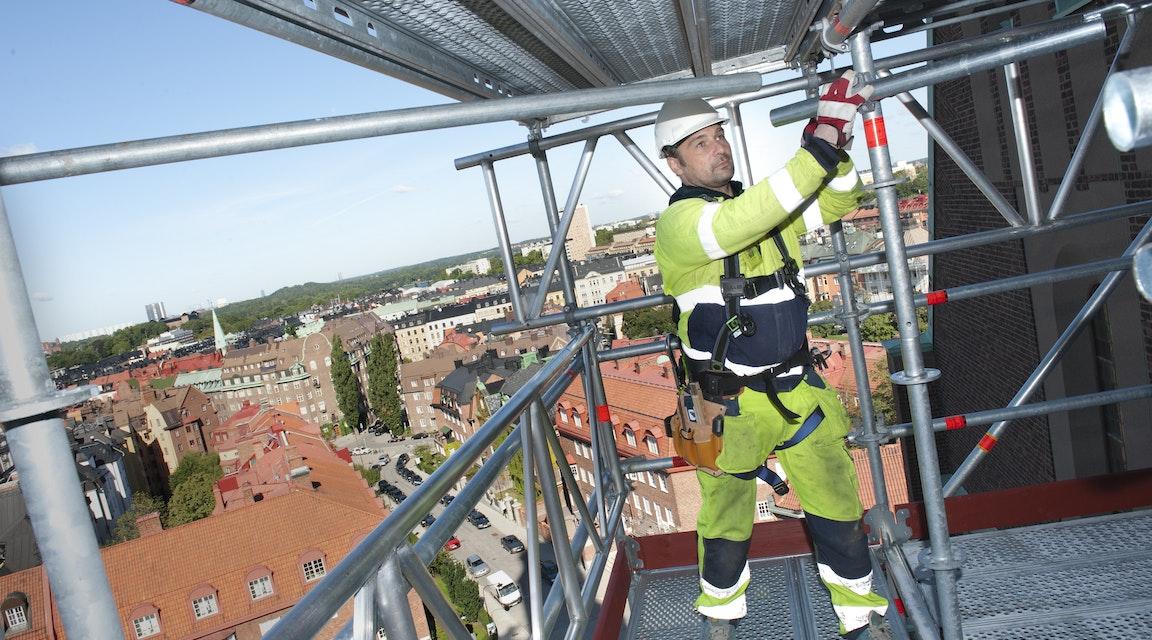 Slipper företagsbot efter tre meters fall från felaktig byggställning