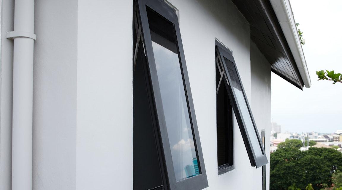 Klartecken för aluminiumfönster på sekelskifteshus i Sjöbo