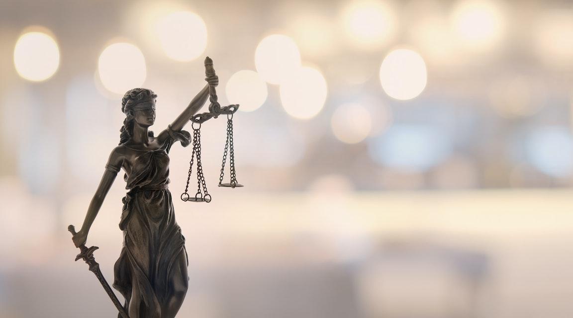 HD portar advokater från stiftelse efter kontroversiella fastighetsaffärer
