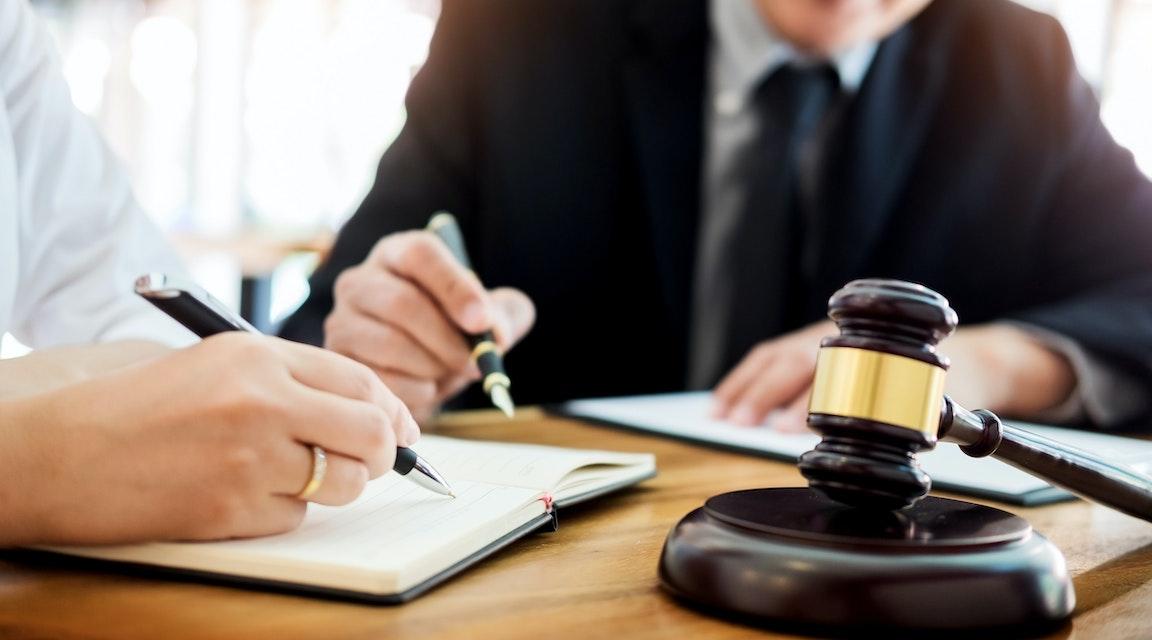 Advokat anses ha bjudit affärsman på juridisk rådgivning